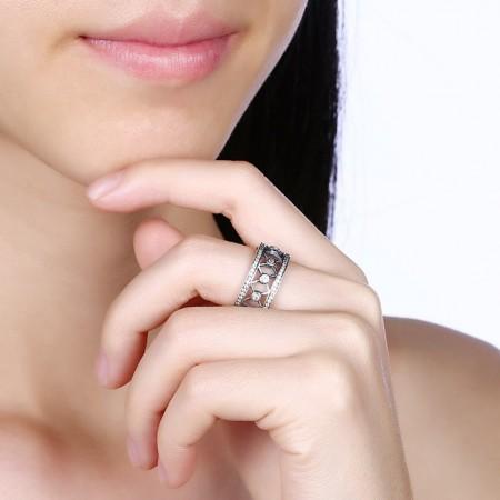Bred sølvring med krydsmønster med zirconia stene.