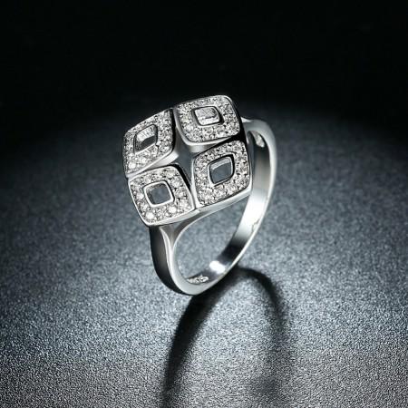 Sølv ring med mønster i rhombe form med zirconia.
