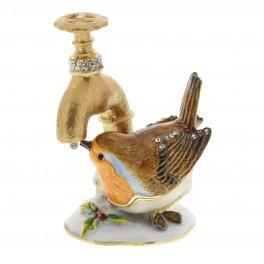 Fugl drikker fra vandhane