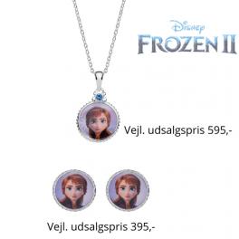 DisneyFrost smykkesæt med halskæde og ørestikker i sølv designet er oval med Anna og syntetisk cubic zirconia sten i vedhæng.