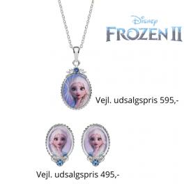 DisneyFrost smykkesæt med halskæde og ørestikker i sølv designet er oval med Elsa og syntetisk cubic zirconia. Smukt Frost smykkesæt til pigen som elsker Anna & Elsa, Støvring Design har lavet denne fantastiske Frost serie til alle Frost pigerne.